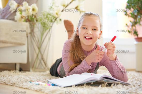 Mädchen malt ein Bild mit Stift