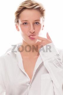 junge frau lutscht an ihrem finger