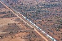 Luftaufnahme von The Ghan Train von Adelaide über Alice Springs nach Darwin im Northern Territory von Australien