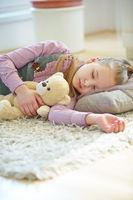 Mädchen schläft mit Kuscheltier