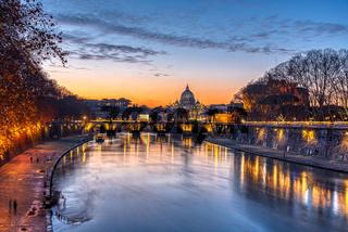 Dramatischer Sonnenuntergang über der Basilika St. Peters