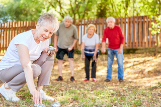 Gruppe Senioren als Rentner beim Boule spielen