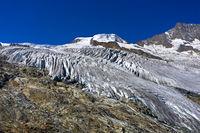 Spaltenreicher Feegletscher mit Gipfel Alphubel