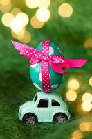 Kleines gruenes Auto mit Osterei