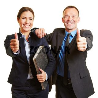 Business Team hält Daumen hoch
