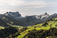 Blick auf die Berge Mattstock und Speer in den Schweizer Alpen, Toggenburg, Schweiz