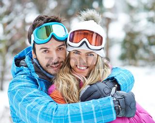 Glückliches Paar zusammen im Skiurlaub