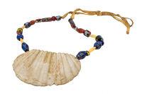 Indianische Halskette mit einer großen Muschel und alten Glasperlen auf einer Lederschnur