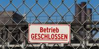 Schild: Betrieb geschlossen, vor Werksgelände