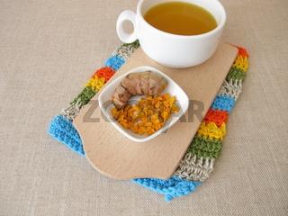 Goldgelber Tee mit getrockneter Kurkuma, Gewürztee mit Gelbwurz