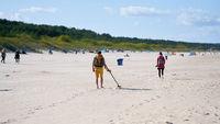 Schatzsucher mit  Metalldetektor am Strand von Swinemünde