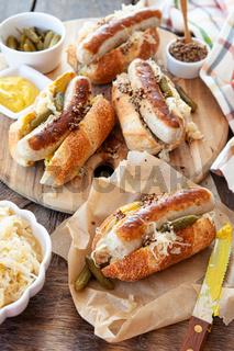 Leckere Hot Dogs mit Bratwurst
