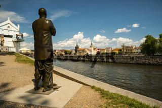 Die Statue der Harmonie, eine Erinnerung an Sri Chinmoy, dahinter die Moldau und Altstadt, Prag, UNESCO-Weltkulturerbe, Böhmen, Tschechien, Tschechische Republik, Europa