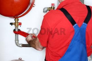 Arbeiter repariert eine Heizungsanlage