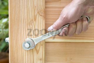 Hutmutter mit Gabelschlüssel festziehen