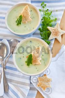 Cremige Gemuesesuppe mit Gurke