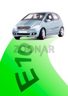 Auto auf einer grünen Straße