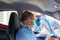 Covid-19 Testzentrum mit Drive In beim Fieber messen