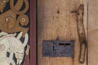 Detail einer historischen Holztüre