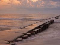Buhne in der Ostsee bei Ahrenshoop, Mecklenburg-Vorpommern, bei Sonnenuntergang