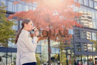 Attraktive junge Frau trinkt ihren Kaffee