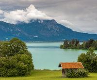 Dramatische Wolken ueber dem Forggensee in Bayern