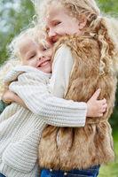 Mädchen umarmt ihre Schwester