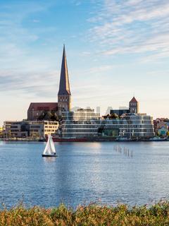 Blick auf die Hansestadt Rostock mit Petrikirche, Nikolaikirche und Silohalbinsel