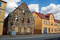 niemegk, deutschland - häuserzeile mit der ruine vom alten kloster