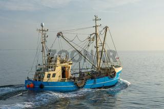 Fischkutter auf der Nordsee vor der Küste von Büsum, Nordseeküste, Schleswig-Holstein, Deutschland
