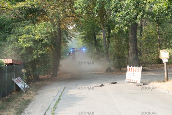 Feuerwehr fährt zum Einsatz in den Wald bei einem Großbrand