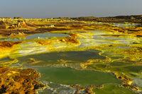 Salzlaugenpool mit Schwefelsedimenten, Geothermalgebiet Dallol, Äthiopien