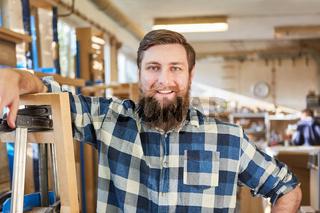 Hipster Mann mit Bart als zufriedener Handwerker