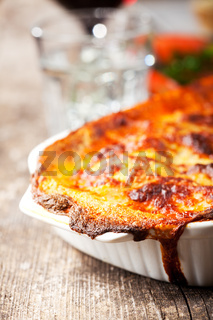 gebackene Lasagne auf Holz