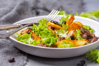 Salad with chicken liver, fresh lettuce and caramelized pear.