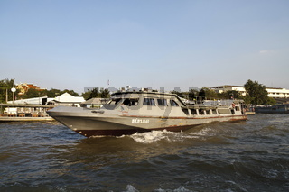 Boot auf dem Fluss Chao Phraya in Bangkok - Boat on the River Chao Praya in Bangkok