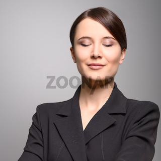 Schöne Frau mit einem entspannten Lächeln