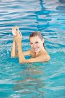Attraktive Frau beim Baden im Pool