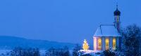 Romantische Weihnachtskapelle mit Christbaum im Schnee