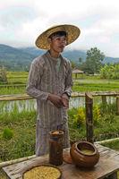 Reisfarmer erklärt Verfahren zur Auswahl der kräftigsten Samen für die Aussaat, Laos