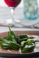 grüne Pimientos de padron mit Meersalz