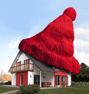 Haus mit roter Wollmütze