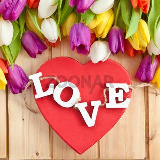 LOVE in Holzbuchstaben und bunte Tulpen