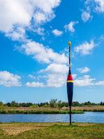 Landschaft am Fluss Warnow mit Riesenpose in der Hansestadt Rostock