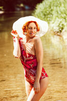 Portrait einer rothaarige Frau im Badeanzug