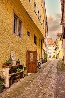 Eine Gasse inmitten der Altstad von Stein am Rhein im weichen Licht