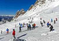 Skifahrer am Grödner Joch, Passo Gardena, Gröden, Dolomiten, Südtirol, Italien