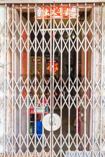 Tür eines Stadthauses in der Altstadt von George Town in Malaysia