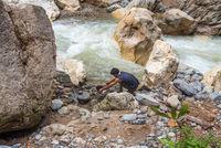 Geschirrspülen am Fluß auf der Dschungeltour im Gunung Leuser National Park auf Sumatra