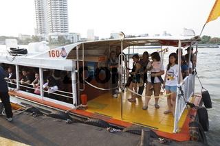 Flussfähre auf dem Chao Phraya in bangkok - River Ferry on the Chao Phraya in Bangkok